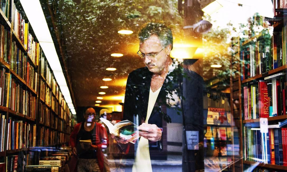 Pedro Bial em uma livraria no Leblon, na Zona Sul do Rio Foto: Leonardo Aversa