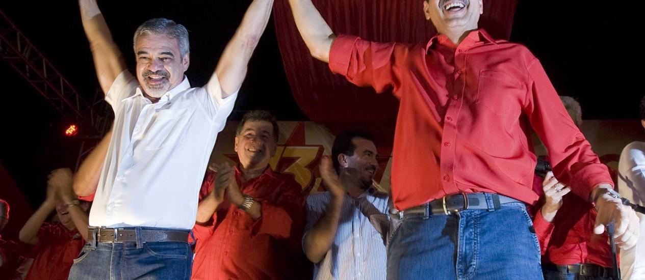 Humberto Costa (à esquerda) oficializa a candidatura à prefeitura ao lado do candidato a vice, João Paulo Foto: O Globo / Hans von Manteuffel