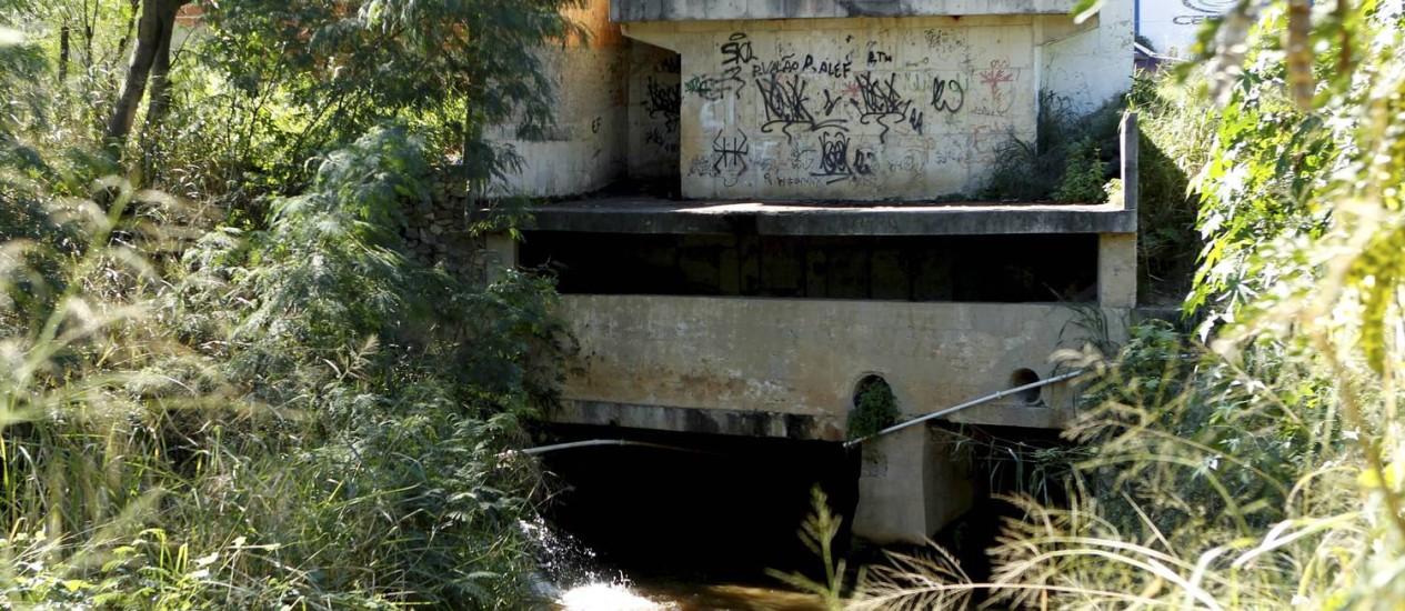A saída do valão construído pela Cedae para levar os resíduos do tratamento de água para o Rio Cabenga, em Nova Iguaçu Foto: Marcelo Piu / O Globo