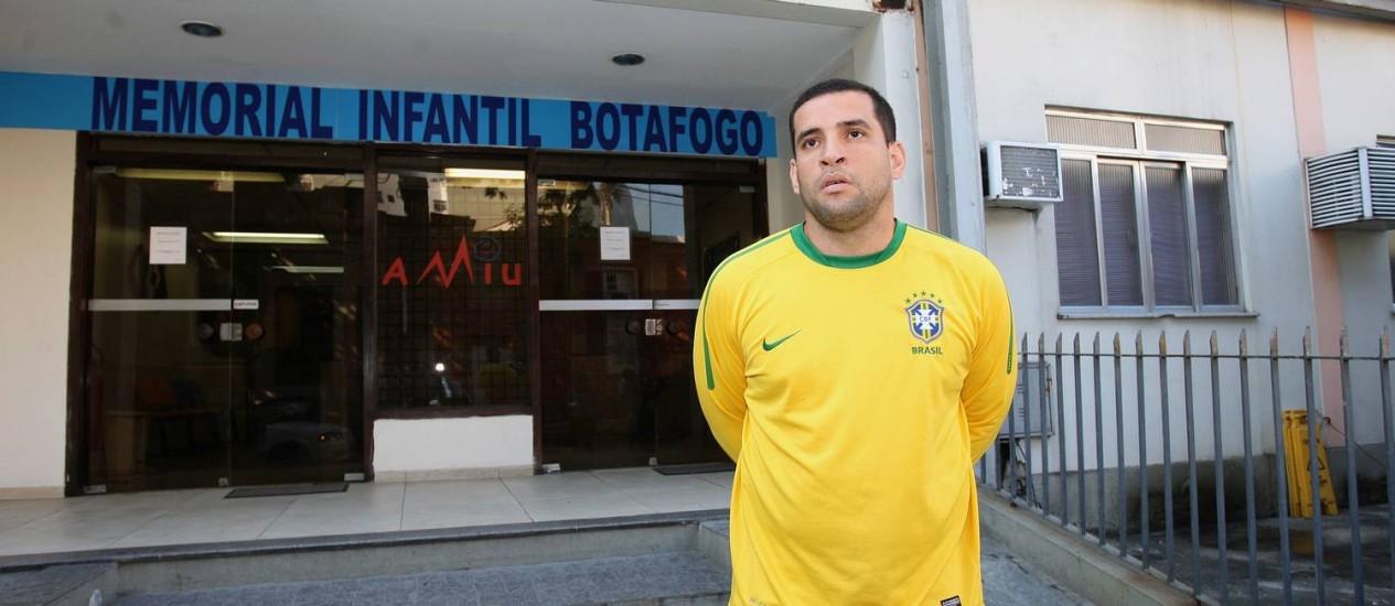 Anderson Vitor Cavalcanti Junior, pai do bebê, em frente à clínica onde a criança está internada, em Botafogo Foto: Márcio Alves / Agência O Globo
