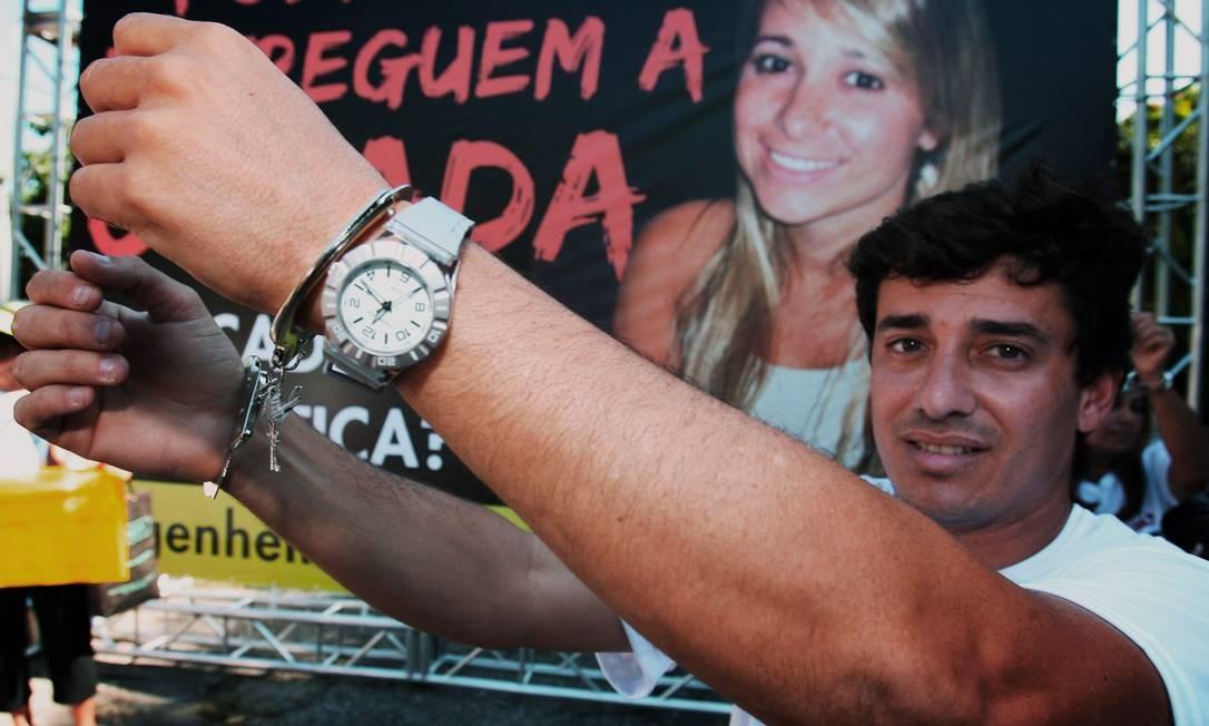 Adryano Amieiro, irmão da engenheira Patrícia, usa algemas em protesto na Barra Foto: Luiz Ackermann / O Globo