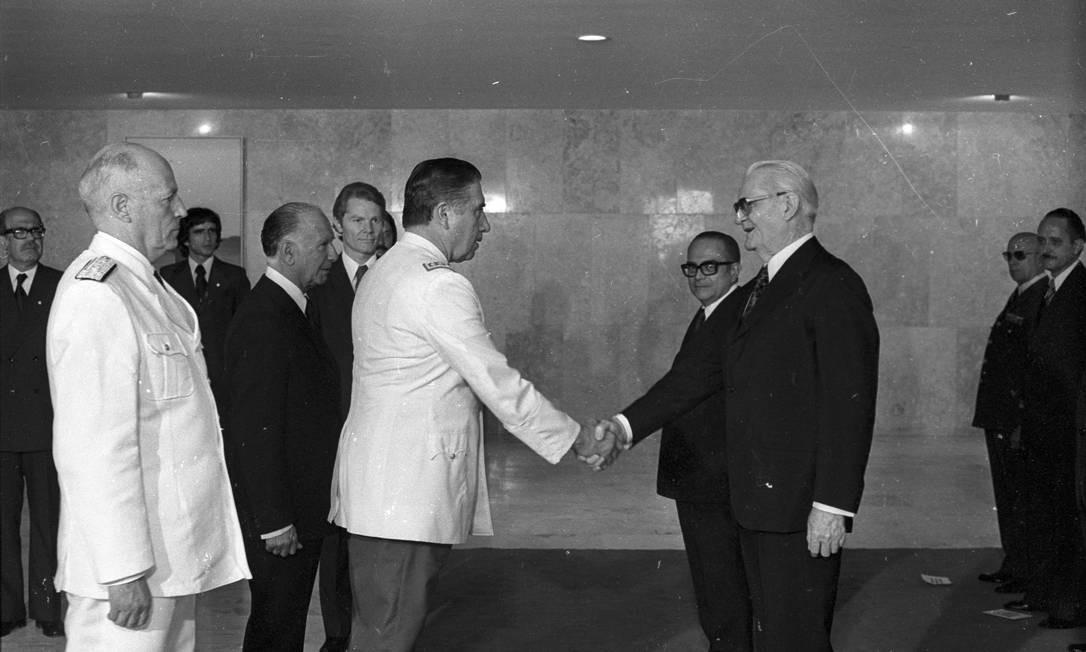 O presidente Geisel (de terno) recebe os cumprimentos do general Augusto Pinochet ao tomar posse, em 1974. No ano seguinte, equipou o exército chileno para a repressão interna Foto: O Globo / Arquivo