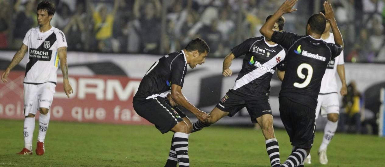 Diego Souza comemora com Juninho e Alecsandro o gol de pênalti que deu a vitória ao Vasco Foto: Thiago Lontra / Extra