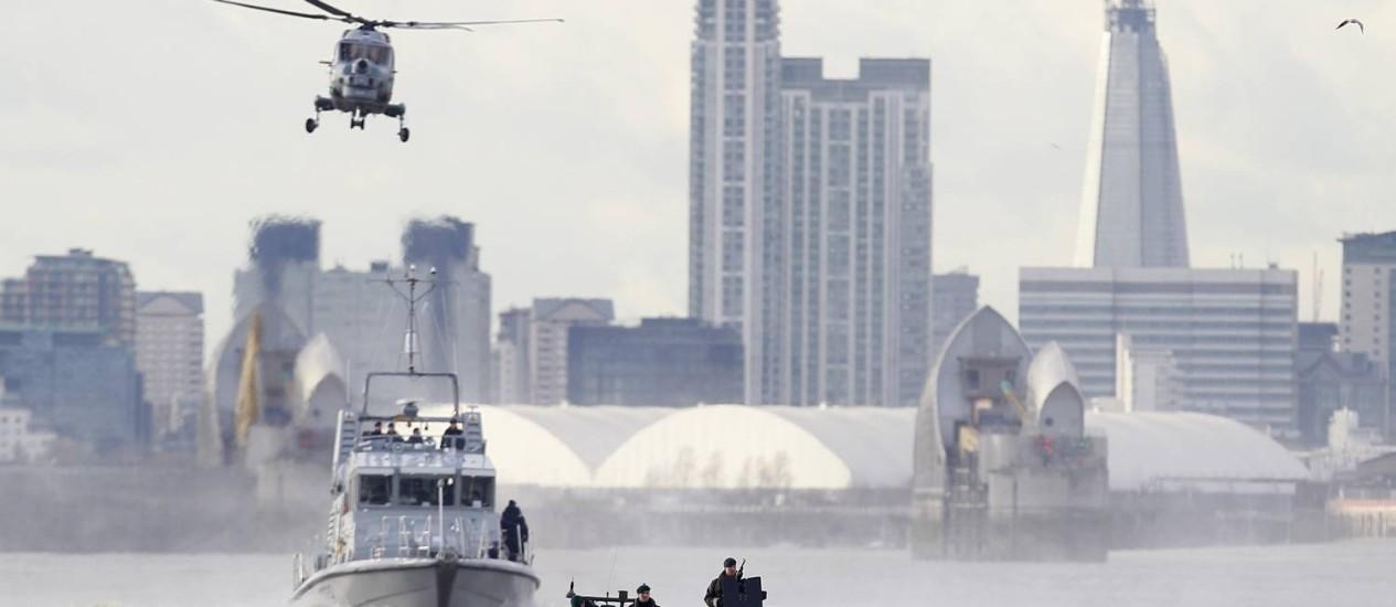 Militares britânicos patrulham o Rio Tâmisa num ensaio para o período olímpico Foto: Alastair Grant / AP