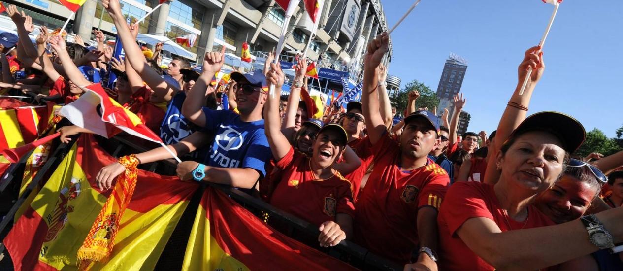 Torcedores da Espanha em frente ao estádio de Kiev antes da decisão da Eurocopa contra a Itália Foto: Dominique Faget / AFP