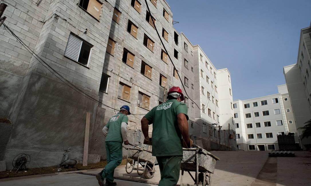 Operários da construção civil trabalham: segmento não recebeu incentivo do governo, mas teve saldo líquido de 161 mil contratações entre janeiro e maio deste ano Foto: Bloomberg News / Paulo Fridman
