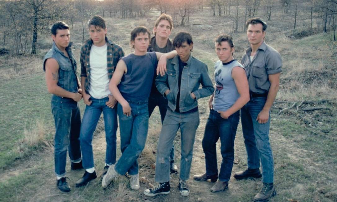 """Ainda em 1983, faz o pouco conhecido """"A chance"""" (""""All the right moves"""") e outro sucesso, """"Vidas sem rumo"""" (""""Outsiders""""), dirigido por Francis Ford Coppola. O filme traz no elenco boa parte dos iniciantes que se tornariam estrelas daquela geração: Matt Dillon, Ralph Macchio, Patrick Swayze, Rob Lowe e Emilio Estevez Reprodução"""