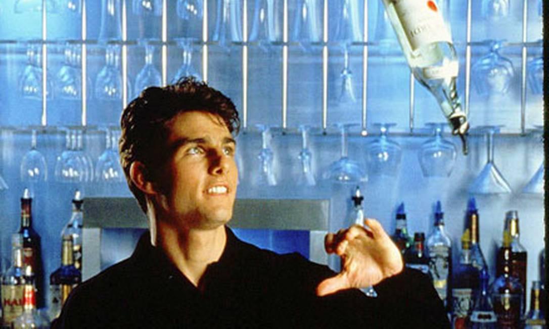 """Depois de interpretar um talentoso piloto de caças e um talentoso jogador de sinuca, Tom Cruise volta ao cinema, em 1988, como um talentoso barman. A comédia romântica """"Cocktail"""" rendeu a ele uma indicação ao Framboesa de Ouro de Pior Ator. Sylvester Stallone ganharia o prêmio com """"Rambo III"""", mas """"Cocktail"""" levou como """"Pior Filme"""". Reprodução"""