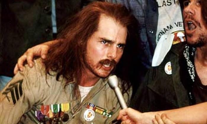 """Deixando de lado os personagens """"talentosos"""" e idealizados, Cruise se transforma para interpreta a história real Ron Kovic, o veterano do Vietnã que se torna um ativista dos direitos humanos. O filme de 1989 deu a Oliver Stone o Oscar de Melhor Diretor e a Cruise sua primeira indicação a Melhor Ator. Reprodução"""