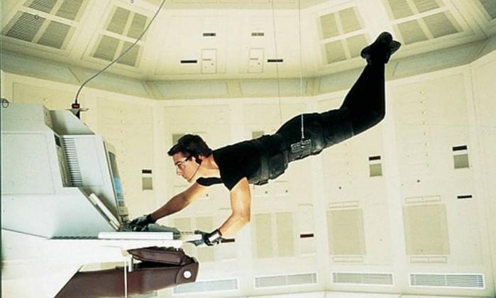 """Em 1996, Cruise leva para os cinemas uma nova versão de """"Missão: Impossível"""". Ele encarna o espião Ethan Hunt no filme dirigido por Brian de Palma. Exercendo também o papel de produtor, ele trocou seu cachê usual de US$ 20 milhões ppor uma parte da bilheteria, que chegou a US$ 457,6 milhões em todo o mundo. Reprodução"""