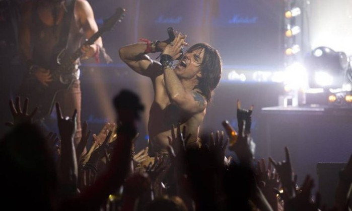 """Na semana passada, há pouco dias de completar 50 anos, Tom Cruise foi surpreendido com o pedido de divórcio de Katie Holmes. Ele recebeu a notícia na Islândia, onde está gravando a ficção científica """"Oblivion"""". O próximo filme dele nos cinemas será """"Rock of Ages"""", no qual interpreta o roqueiro Stacee Jaxx. O filme estreia no Brasil em 27 de agosto. Reprodução"""