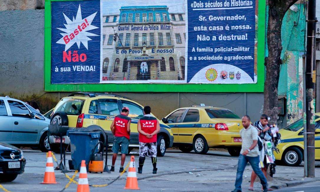 Associação espalha outdoors pela cidade para evitar venda do QG da PM Foto: Pedro Kirilos / O Globo