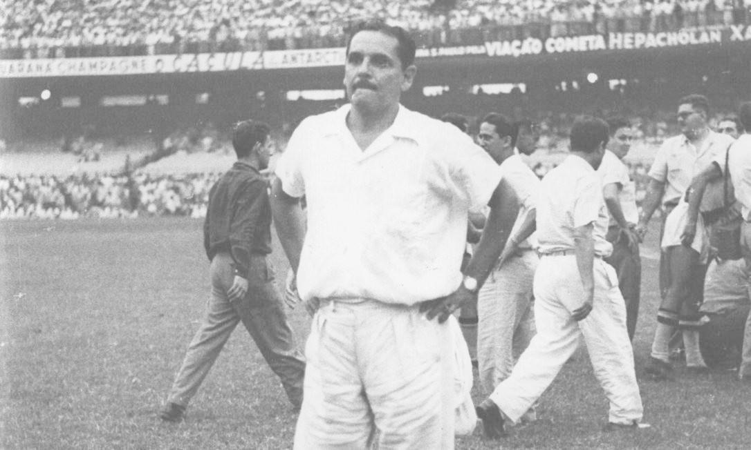 O desânimo do técnico Flávio Costa no Maracanã após a derrota do Brasil para o Uruguai por 2 a 1 Foto: Arquivo / O Globo