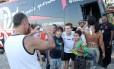 Adryan posa para foto com torcedores após o treino na praia nesta terça-feira