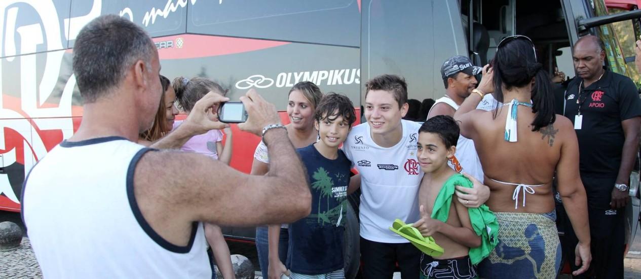 Adryan posa para foto com torcedores após o treino na praia nesta terça-feira Foto: Cezar Loureiro / O Globo