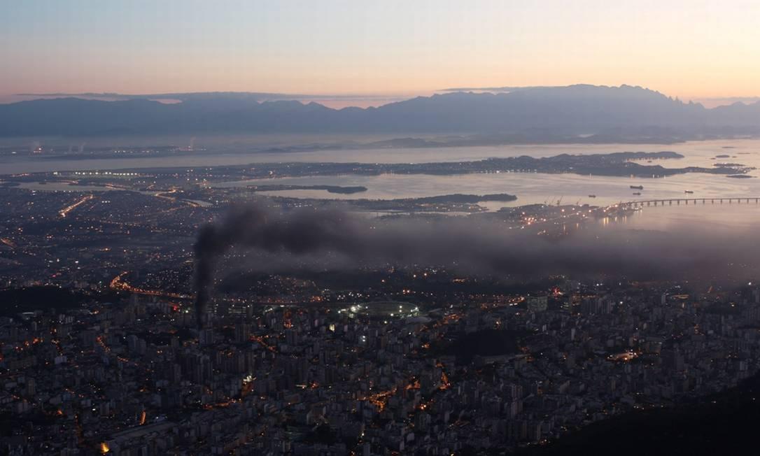 Fumaça saindo do Hospital Universitário Pedro Ernesto pôde ser vista do alto do Morro do Sumaré Foto do leitor Marcos Estrella / Eu-Repórter