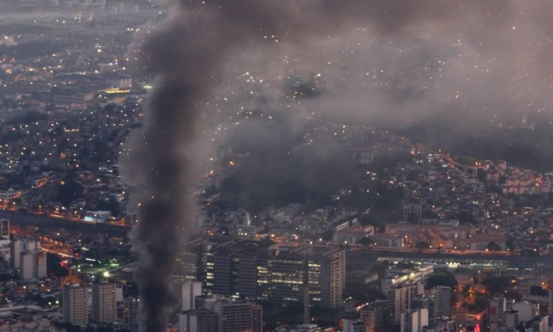 Não há informações de feridos no incêndio Foto do leitor Marcos Estrella / Eu-Repórter