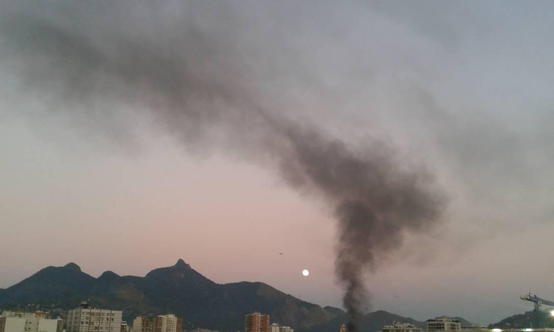 Fumaça também era vista da Avenida Maracanã, logo no início do dia Foto do leitor Luiz Fernando Miranda de Castro / Eu-Repórter
