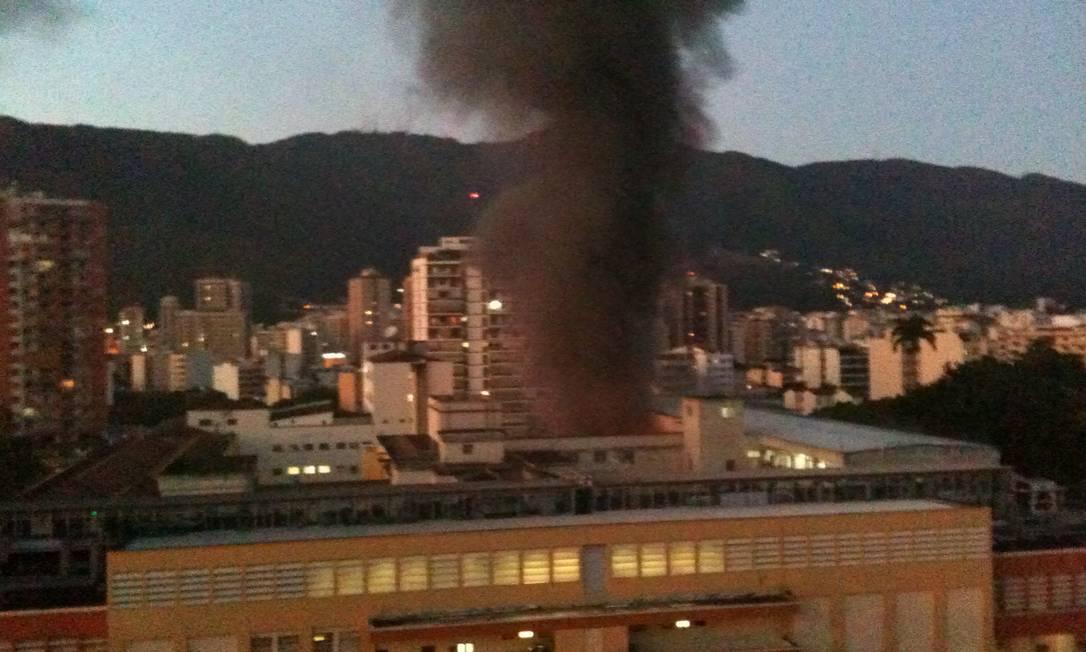 Fogo teria começado por volta das 5h da madrugada Foto da leitora Christiane Corrêa / Eu-Repórter