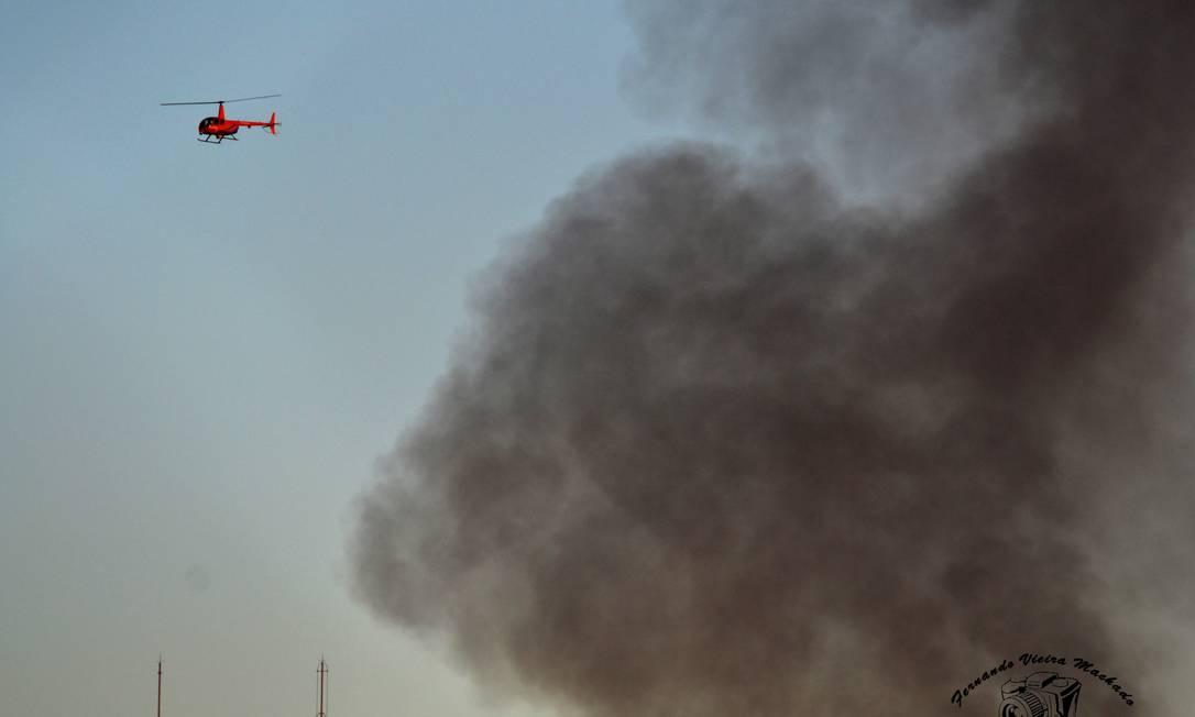 Helicópteros foram acionados para conter o fogo Foto do leitor Fernando Vieira Machado / Eu-Repórter