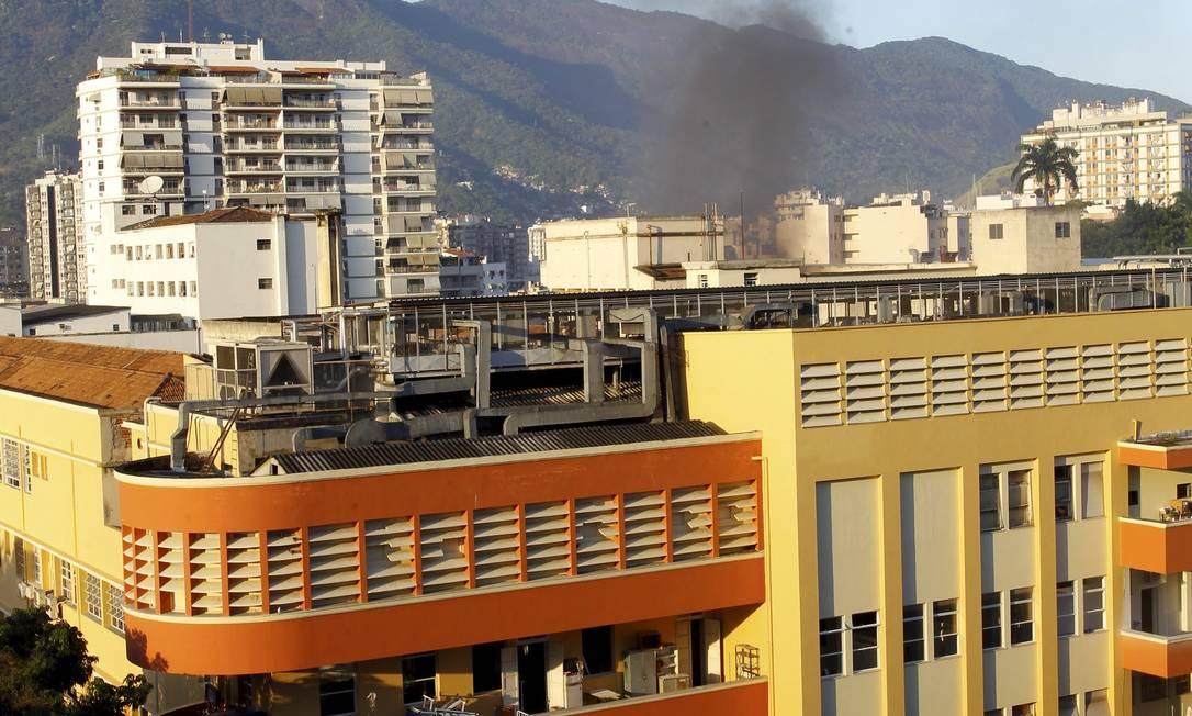 A fumaça pôde ser vista saindo do prédio Fernando Quevedo / O Globo