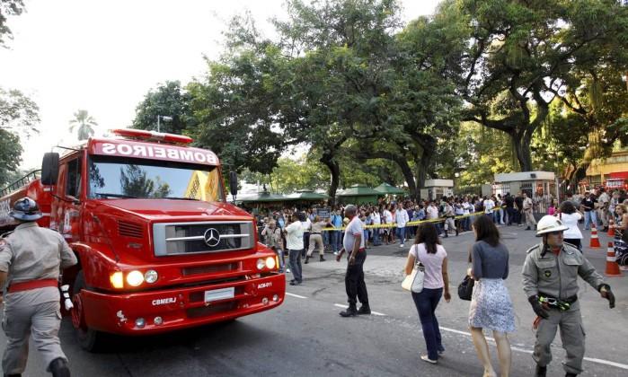 Cerca de 80 bombeiros atuaram do combate ao incêndio Fernando Quevedo / O Globo