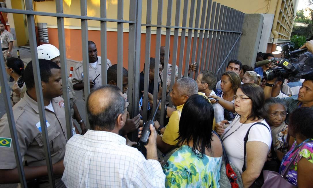 Parentes de pacientes internados no hospital procuraram por informações na porta do Pedro Ernesto Fernando Quevedo / O Globo