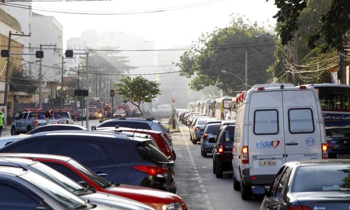 A Rua Manoel de Abreu ficou engarrafada devido ao incêndio Fernando Quevedo / O Globo