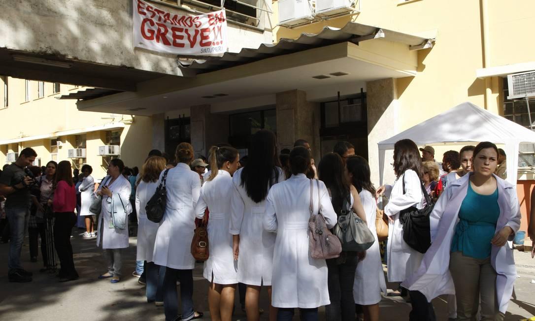 Profissionais que trabalham no hospital tiveram que ficar do lado de fora Marcos Tristão / O Globo