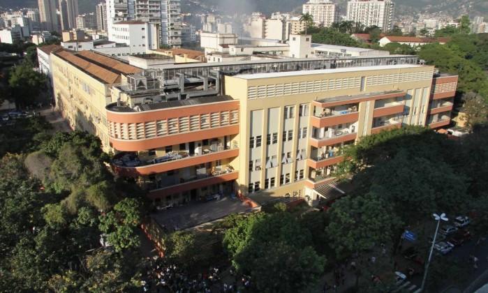 Um grande incêndio atingiu o hospital, em Vila Isabel, no início da manhã desta quarta-feira Reginaldo Pimenta / O Globo
