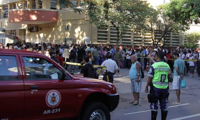 As chamas começaram por volta das 5h, no depósito do prédio anexo que dá saída para a Avenida Professor Manoel de Abreu Reginaldo Pimenta / O Globo