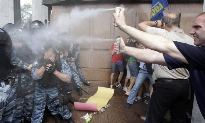 Manifestantes revidam também com spray de pimenta contra policiais AP