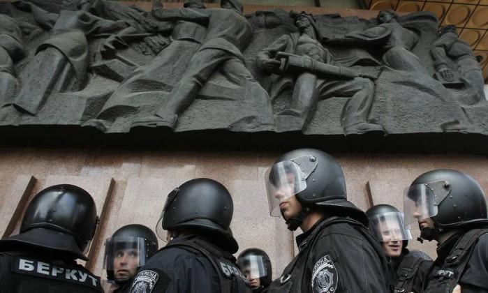 Policiais montam guarda enquanto a manifestação se formava no centro de Kiev Reuters
