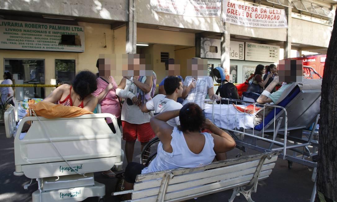 Pacientes foram levados para a área externas em suas camas Marcos Tristão / O Globo