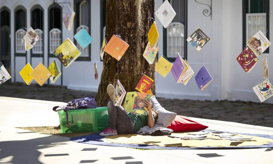 Na Flipinha, livros pendurados em árvores na Praça da Matriz Márcia Foletto / Agência O Globo