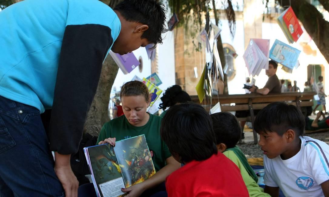 Crianças leem na Praça da Matriz, em Paraty Felipe Hanower / Agência O Globo