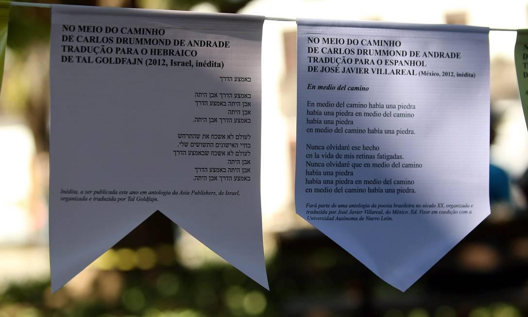Poemas de Drummond estão disponíveis em bandeirinhas pelas ruas de Paraty Felipe Hanower / Agência O Globo