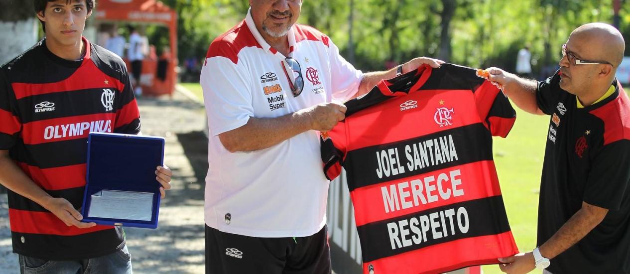 Joel recebe apoio de torcedores: respeito Foto: Jorge William - Agência O Globo