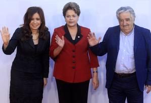 Mujica com Dilma e Cristina Kirchner: segundo governante uruguaio, decisão foi tomada pelos três presidentes Foto: AP