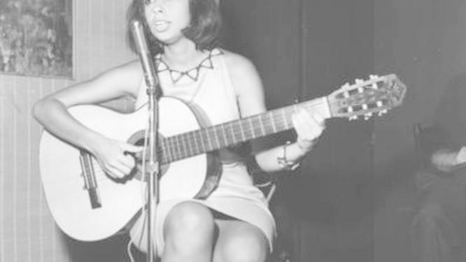 Nara Leão cantando no Au bon Gourmet, em 1963 Foto: Arquivo