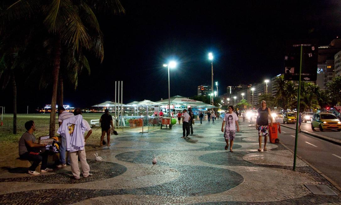 Calçadão da Praia de Copacabana a noite: movimento não param, só mudam os personagens Foto: Paula Huven / Agência O Globo