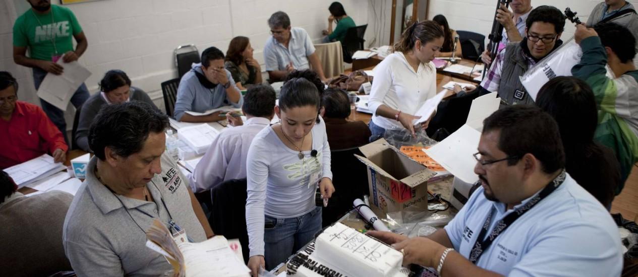 Membros do Instituto Federal Eleitoral vistoriam seção eleitoral na Cidade do México Foto: Eduardo Verdugo/AP