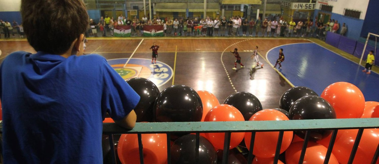 Um torcedor assiste à decisão do estadual de futsal, na categoria mirim, entre Flamengo e Fluminense Foto: jorge william / O Globo