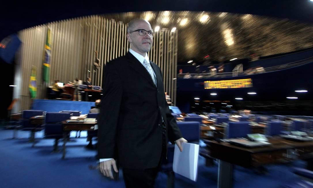 Demóstenes Torres sai do planário após fazer mais um discurso em que se defende do processo de cassação Foto: O Globo / Ailton de Freitas