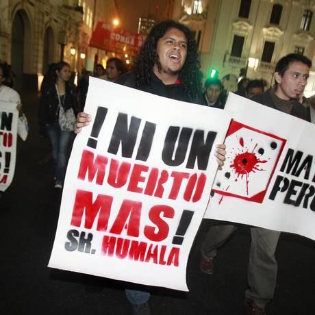 Moradores da capital Lima manifestam solidariedade aos mineiros mortos nos protestos de Cajamarca Foto: Reuters