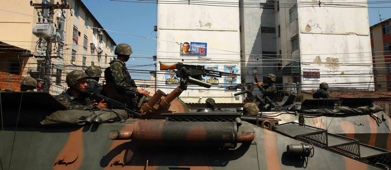 Exército atuando em 2008, durante as eleições municipais do Rio na Cidade de Deus Foto: Michel Filho/ Arquivo O Globo 11/09/2008