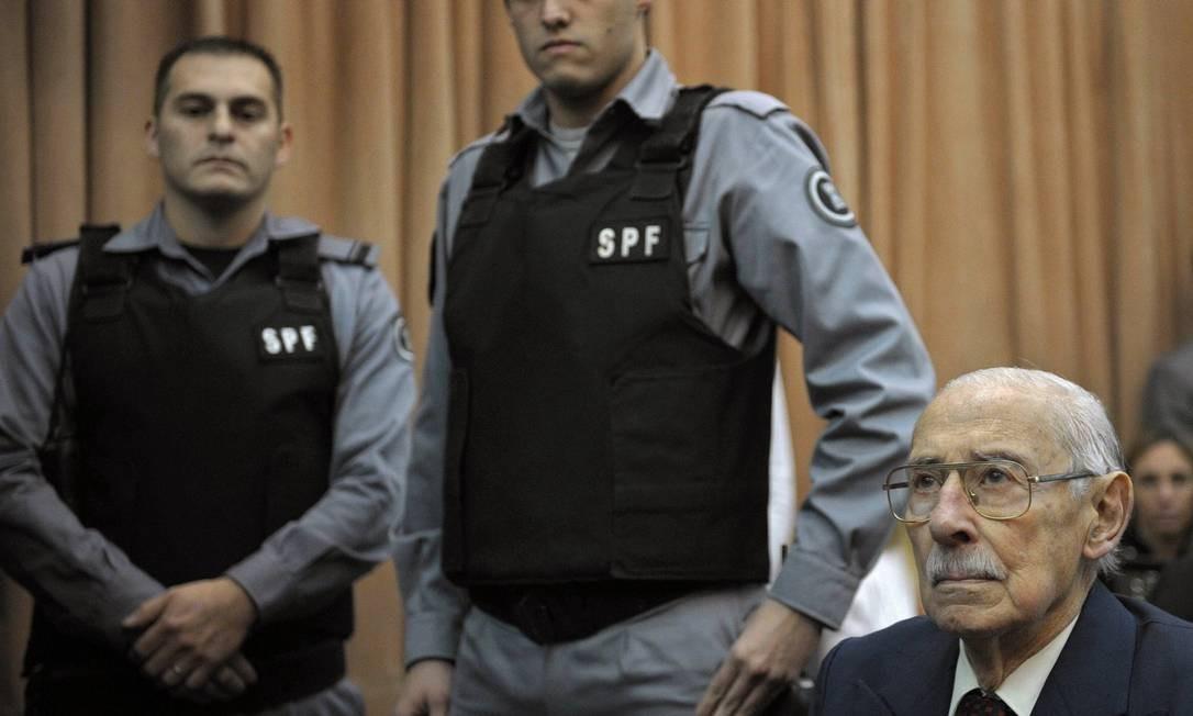 O ditador Jorge Rafael Videla, condenado a 50 anos de prisão durante o julgamento do roubo de bebês nos anos da ditadura argentina Foto: Juan Mabromata/AFP