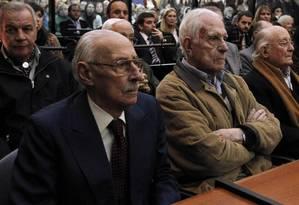 O ditador Jorge Videla (esquerda), condenado a 50 anos de prisão, e Reynaldo Bignone, durante julgamento de roubo sistemático de bebês na ditadura argentina Foto: Enrique Marcarian/Reuters