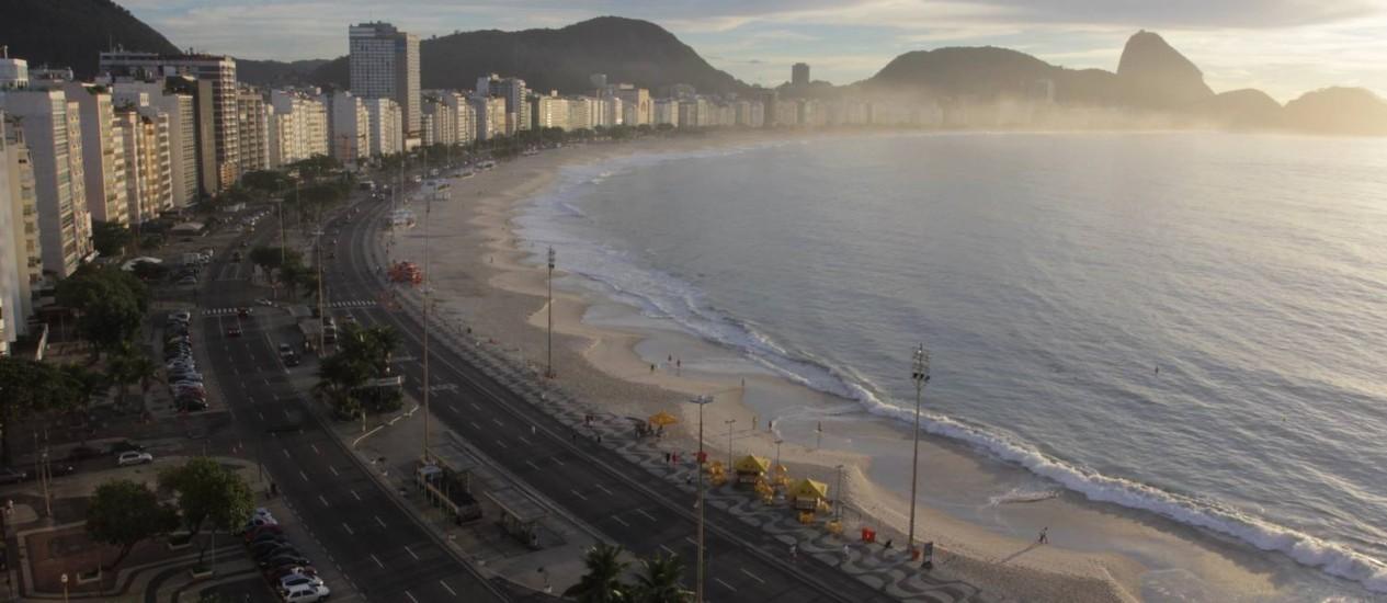 Amanhecer na Praia de Copacabana: bairro vai ganhar nesta sexta-feira uma festa para comemorar os 120 anos Foto: Carlos Ivan / O Globo