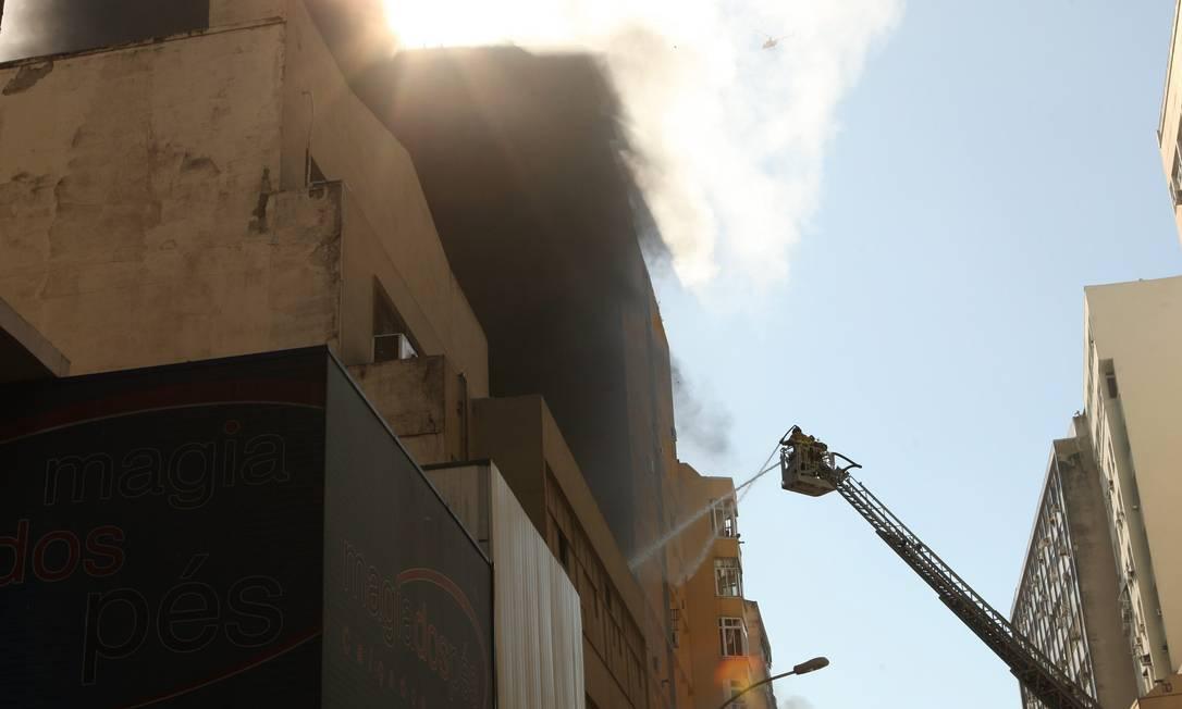 Bombeiros usaram uma escada Magirus no combate ao fogo Angelo Antônio Duarte / O Globo